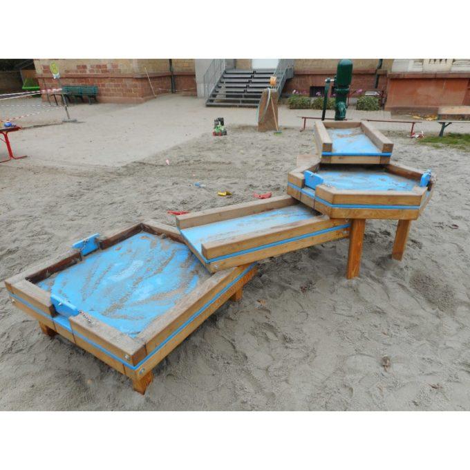 Wasserspielanlage aus Robinien-Holz - mit 4 Matschtischen und Pumpenpodest 3