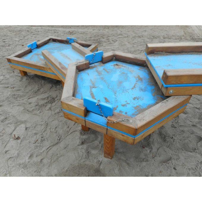 Wasserspielanlage aus Robinien-Holz - mit 4 Matschtischen und Pumpenpodest 5